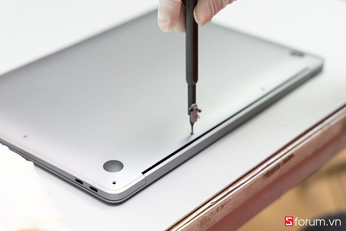 """Sforum - Trang thông tin công nghệ mới nhất Tear-Down-macbook-air-m1-4 """"Mổ bụng"""" Apple Macbook Air M1: """"Dễ"""" tháo hơn iPhone 12 Pro Max, thiết kế không quạt, dung lượng pin không đổi nhưng dùng lâu hơn"""