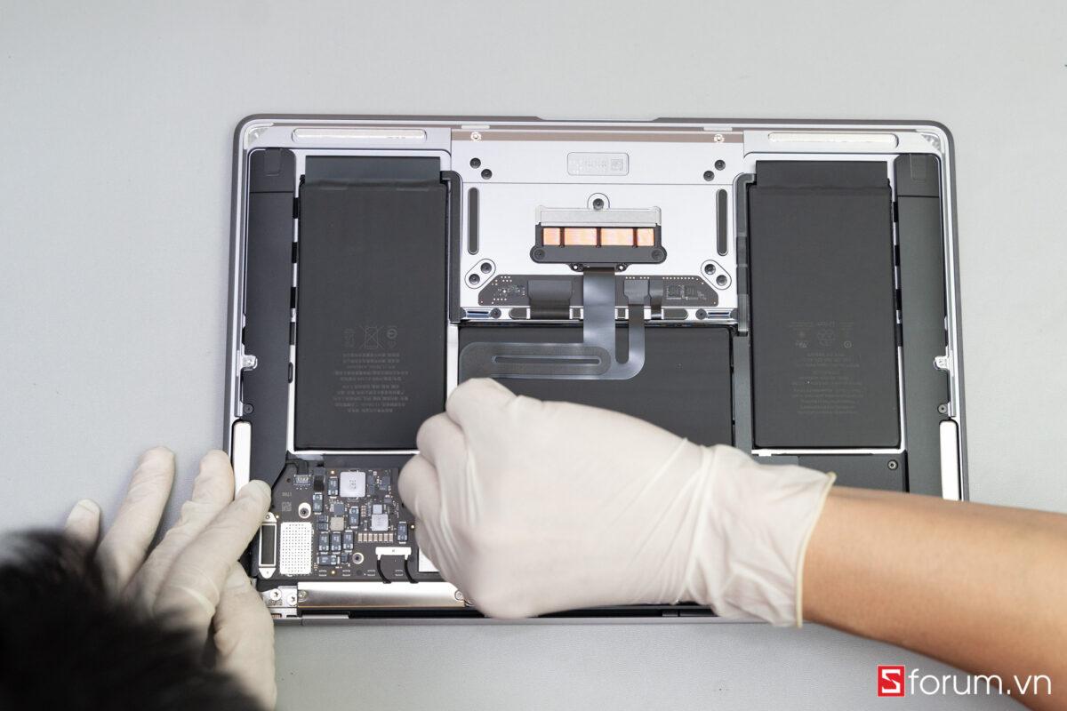 """Sforum - Trang thông tin công nghệ mới nhất Tear-Down-macbook-air-m1-7 """"Mổ bụng"""" Apple Macbook Air M1: """"Dễ"""" tháo hơn iPhone 12 Pro Max, thiết kế không quạt, dung lượng pin không đổi nhưng dùng lâu hơn"""