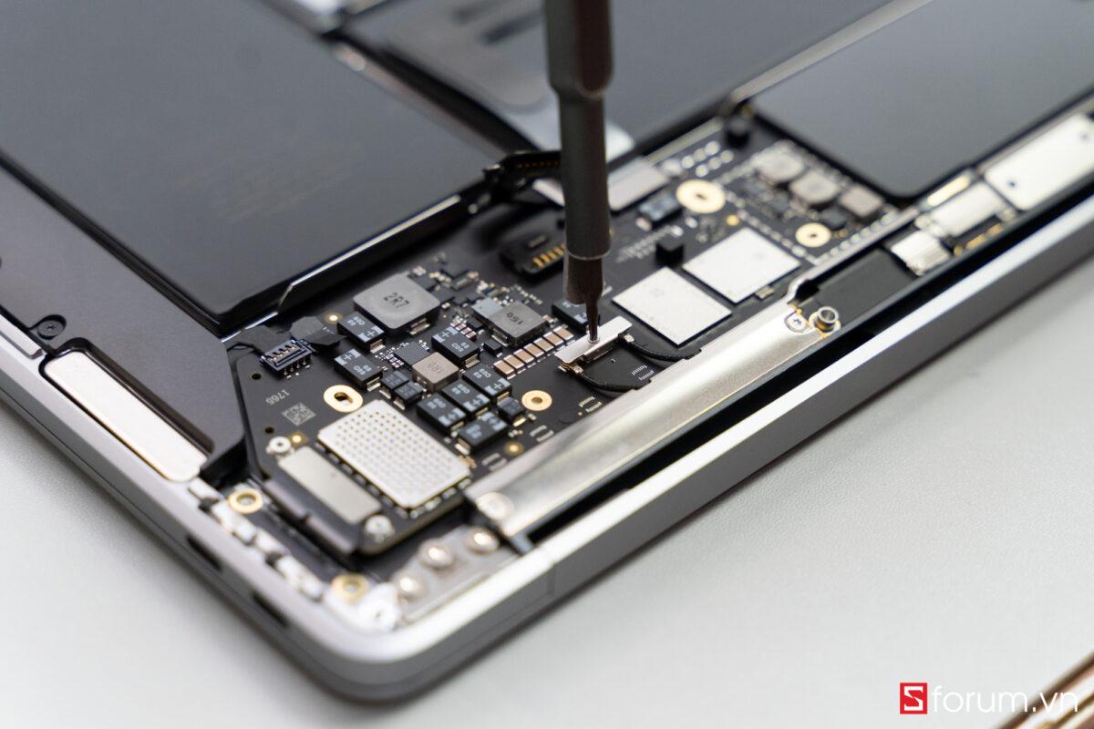 """Sforum - Trang thông tin công nghệ mới nhất Tear-Down-macbook-air-m1-11 """"Mổ bụng"""" Apple Macbook Air M1: """"Dễ"""" tháo hơn iPhone 12 Pro Max, thiết kế không quạt, dung lượng pin không đổi nhưng dùng lâu hơn"""