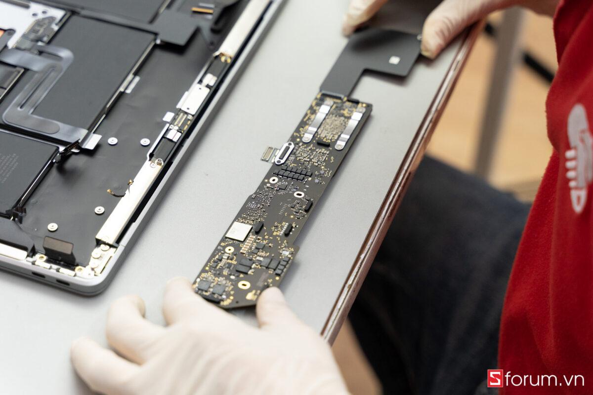 """Sforum - Trang thông tin công nghệ mới nhất Tear-Down-macbook-air-m1-15 """"Mổ bụng"""" Apple Macbook Air M1: """"Dễ"""" tháo hơn iPhone 12 Pro Max, thiết kế không quạt, dung lượng pin không đổi nhưng dùng lâu hơn"""