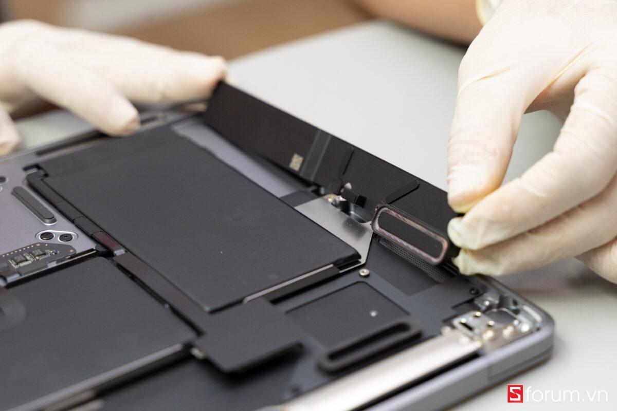 """Sforum - Trang thông tin công nghệ mới nhất Tear-Down-macbook-air-m1-21 """"Mổ bụng"""" Apple Macbook Air M1: """"Dễ"""" tháo hơn iPhone 12 Pro Max, thiết kế không quạt, dung lượng pin không đổi nhưng dùng lâu hơn"""