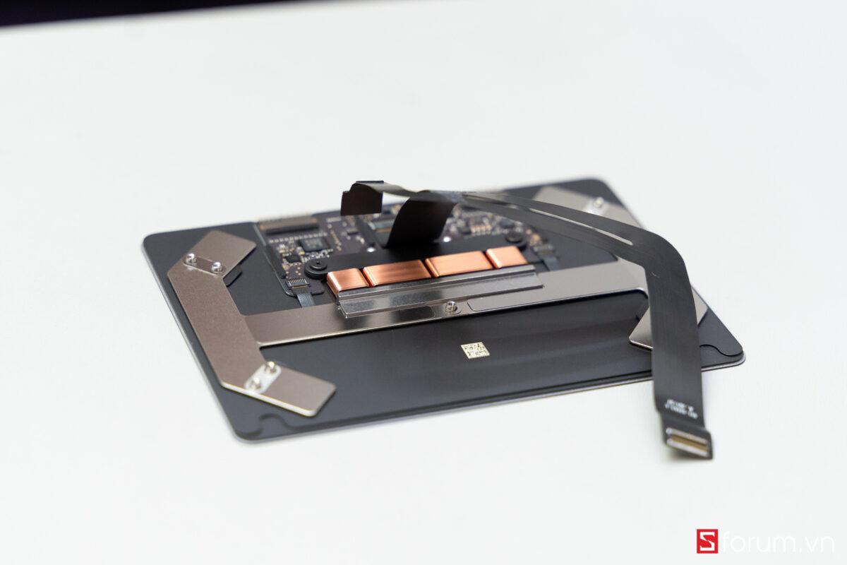 """Sforum - Trang thông tin công nghệ mới nhất Tear-Down-macbook-air-m1-25 """"Mổ bụng"""" Apple Macbook Air M1: """"Dễ"""" tháo hơn iPhone 12 Pro Max, thiết kế không quạt, dung lượng pin không đổi nhưng dùng lâu hơn"""