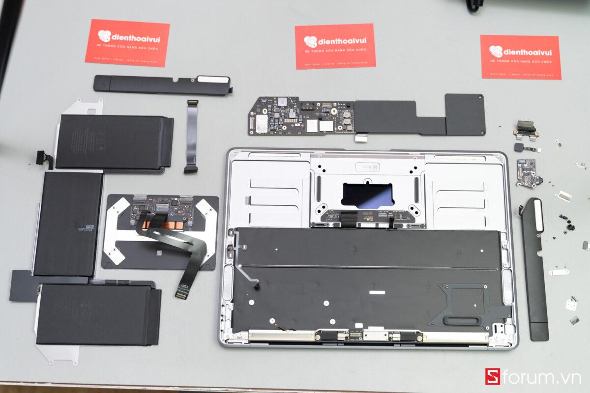 """Sforum - Trang thông tin công nghệ mới nhất Tear-Down-macbook-air-m1-26 """"Mổ bụng"""" Apple Macbook Air M1: """"Dễ"""" tháo hơn iPhone 12 Pro Max, thiết kế không quạt, dung lượng pin không đổi nhưng dùng lâu hơn"""