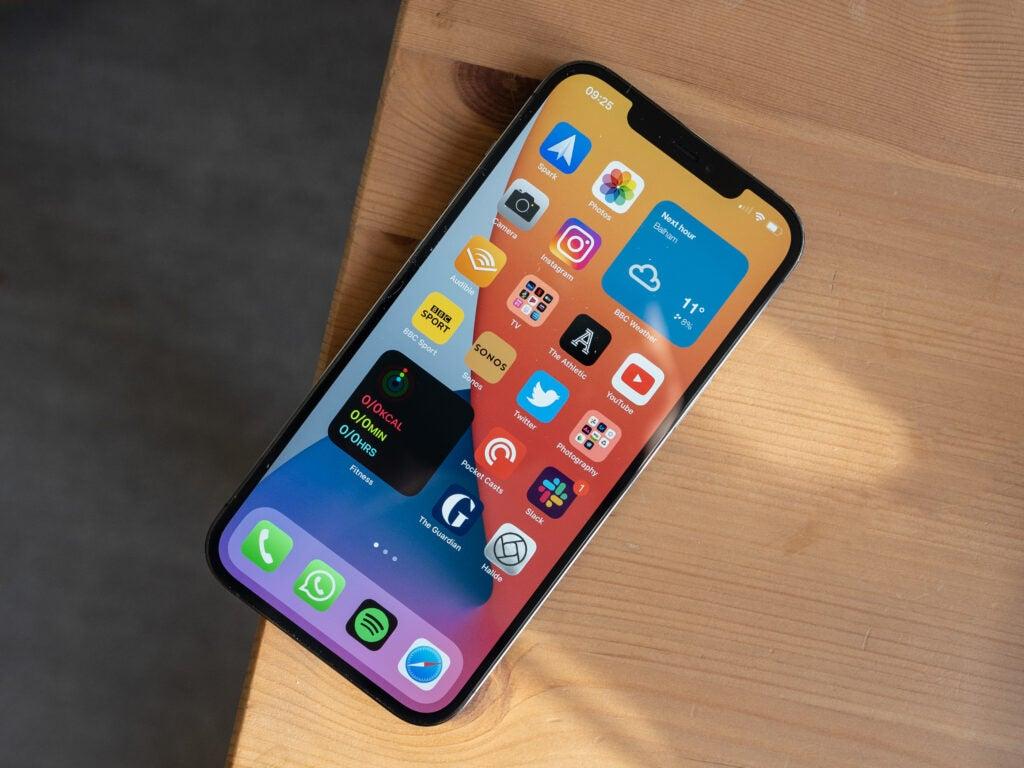 Có nên mua iPhone 12 không?